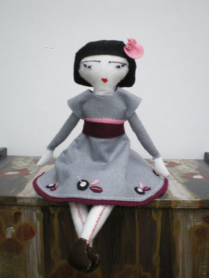 muñeca de fieltro bordada y cosida a mano