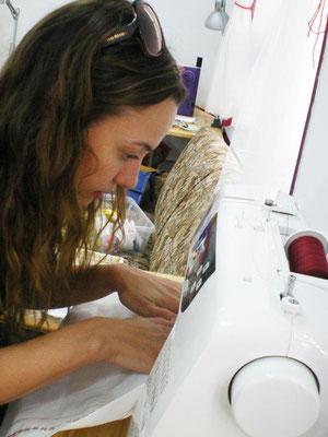 Natalia Verbeke aprendiendo a coser