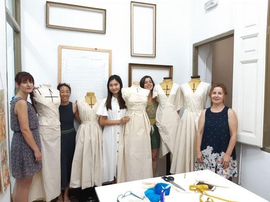 Alumnas con sus proyectos en el curso de Moulage Draping
