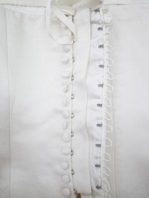 parte delantera con las presillas, botones, corchetes y cinta grogrén
