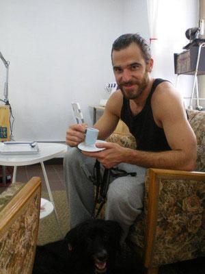 Alfonso Bassabe compañero de rodajes (relaxing cup of café con leche in Teté CaféCostura)