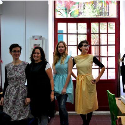 nuevas costureras posando con sus vestidos