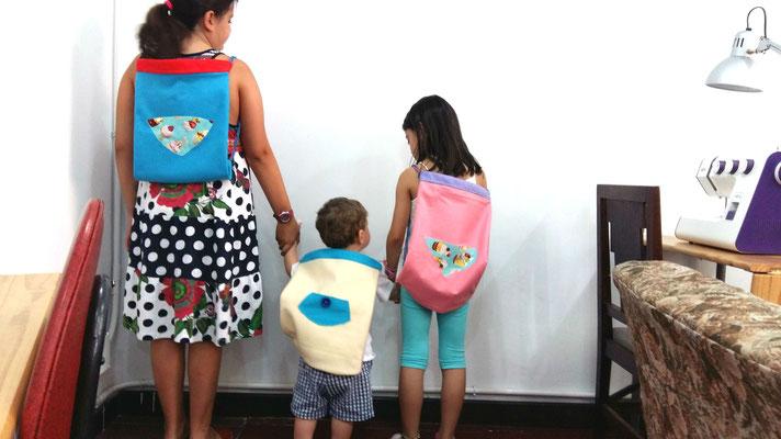 Costura para niños con sus mochilas