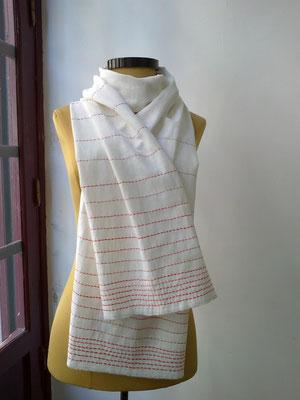 foulard de hilo bordado a mano