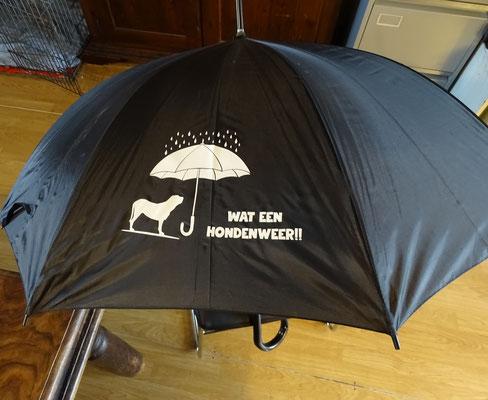 nr 11 : Grote paraplu met tekst. Kleur zwart  €10,00