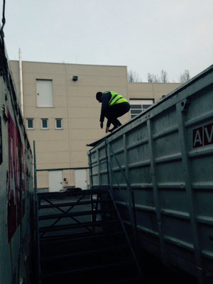 Versteckperson am Container