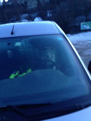 Milo bewacht das Auto