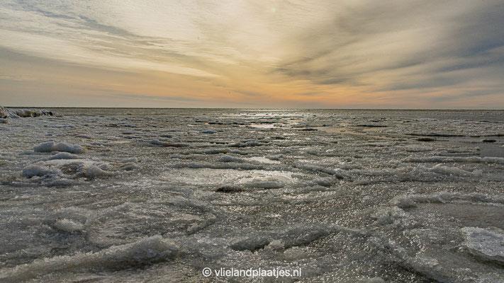 'Uitzicht over een bevroren Waddenzee Vlieland'