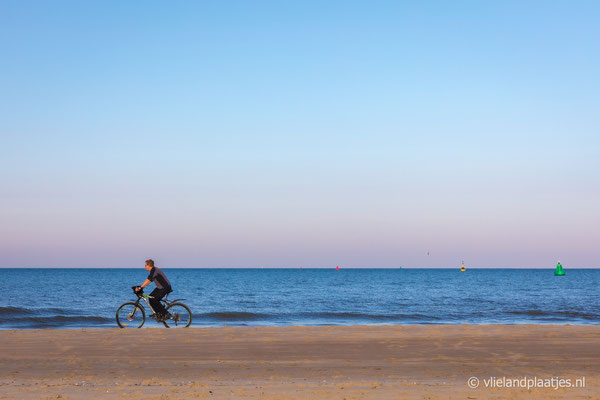 ' Strand fietser Vlieland' nov 2020