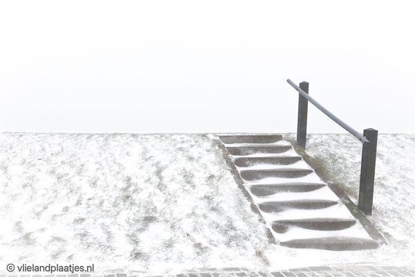 'Trap Waddendijk Vlieland in de sneeuw'