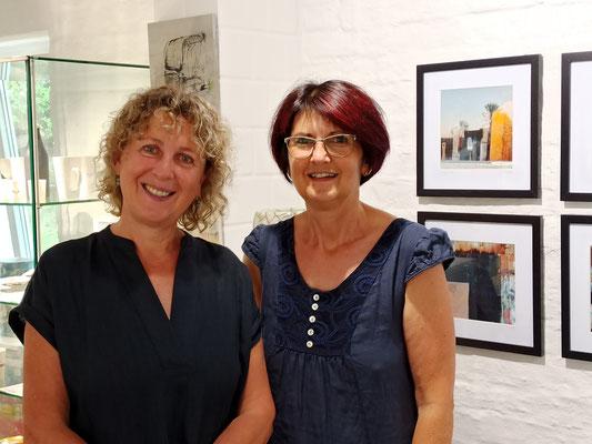 Susanne Werth und Susanne Fauser in der Galerie Werth in Benz auf Usedom
