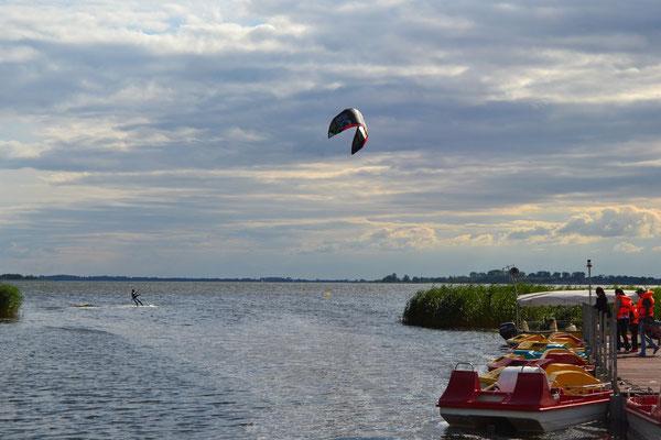 In ca. 300 m Entfernung befindet sich eine Windsurfing und Kitesurfingschule. Sehr gute Bediengungen zum Lernen. Das Wasser ist nicht besonderes Tief. Windsurf und Kitesurf Vermietung.