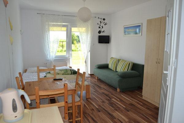 3-4 Personen Zimmer ausgestattet mit einem Balkon, Bad, TV (alle Deutsche SAT Programme), Teller, Besteck, Kühlschrank, und einem Wasserkocher.