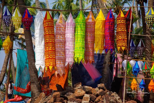 In den Anfängen wurden hier tatsächlich noch von den Hippies hergestellte bunte Kleidung, Tücher oder selbst gemachter Schmuck verkauft. Im Laufe der Jahre hat sich das gewandelt.