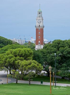 """Torre Monumental, bis 1982 Torre de los Ingleses (spanisch für """"Turm der Engländer""""), ist ein Uhrenturm im Stadtteil Retiro in der argentinischen Hauptstadt Buenos Aires. Er war ein Geschenk der britischstämmigen Argentinier an die Stadt"""