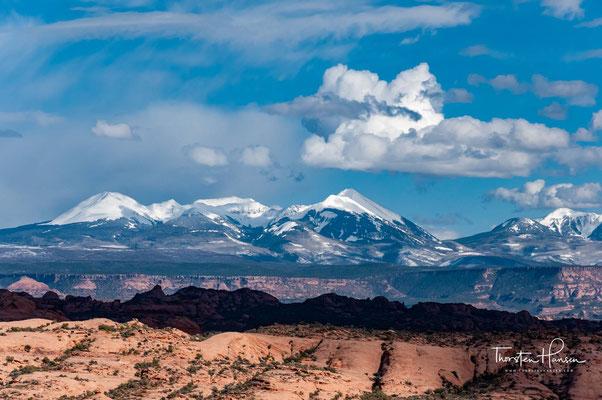 Die La Sal Mountains vom Arches-Nationalpark aus gesehen. Das Gebirge liegt im Manti-La Sal National Forest. Die höchste Erhebung ist der 3877 m hohe Mount Peale neben neun weiteren Dreitausendern.