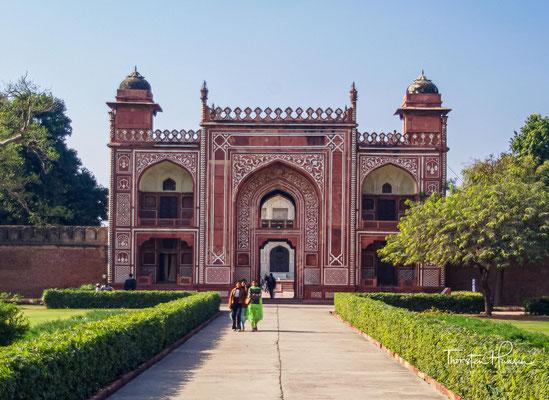 Das Grabmal liegt inmitten einer – durch geradlinige Wege mit Wasserkanälen – viergeteilten Gartenanlage im persischen Stil (Char-Bagh) etwa drei Kilometer nordöstlich des alten Zentrums von Agra