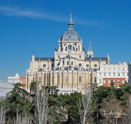 Santa María la Real de La Almudena ist eine römisch-katholische Kathedrale in Madrid. Vollendet 1993