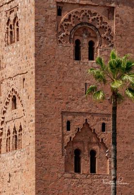 Anders als die meisten marokkanischen Moscheen ist die – größtenteils aus Stampflehm errichtete – Koutoubia-Moschee nicht von anderen Gebäuden umklammert und liegt – freistehend und von Palmengärten sowie Freiflächen umgeben