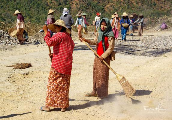 Strassenbau ist Frauenarbeit in Myanmar