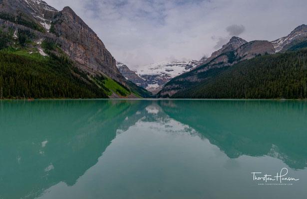 Der Lake Louise ist ein See in der kanadischen Provinz Alberta im Banff-Nationalpark. Die türkisblaue Farbe des Sees stammt von Steinmehl, das von Gletscherschmelzwasser in den See gespült wird