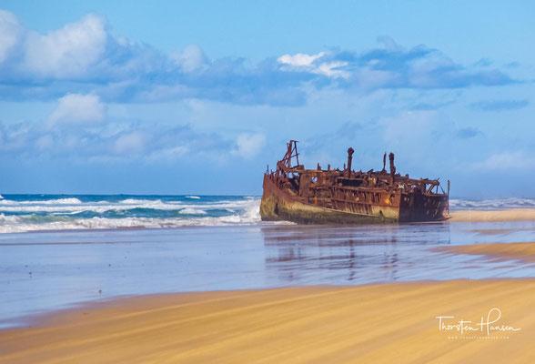 Die Maheno sollte in Japan verschrottet werden und wurde dazu von einem kleineren Schiff gezogen.