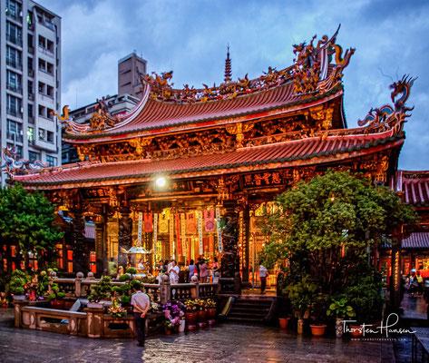 Wegen des gefährlichen Weges und der Schiffspassage über die Taiwan-Straße nahmen sie ihre Volksreligion wie einen Schutz mit nach Taiwan und errichteten dort Tempel nach heimatlichem Vorbild.