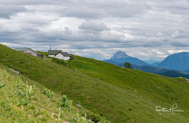 Abstieg über die Bichler Alm (1437 m). Die Bichler Alm ist eine Jausenstation auf der Südseite der Benediktenwand