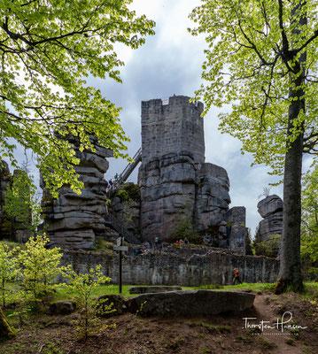 Die Burgruine Weißenstein liegt auf 863,5 m ü.N.N. in Bayerns kleinstem Naturpark, dem Steinwald.