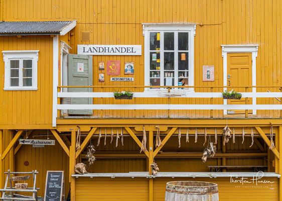 Der historisch erhaltene Teil des Dorfes besteht aus roten, weißen und ockerfarbenen Holzhäusern, die zumeist aus dem 19. Jahrhundert stammen