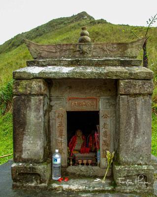 Nach einem kleinen Aufstieg, erreicht man einen kleinen Tempel. Dieser ist einem Erdgott geweiht.