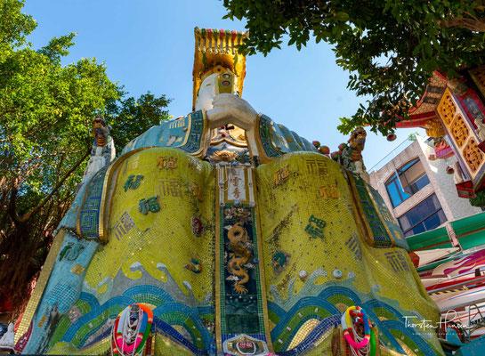 Hoch aufragende Statuen der Gottheiten Kwun Yam und Tin Hau dominieren den malerischen Garten, der hinunter zum Strand führt.