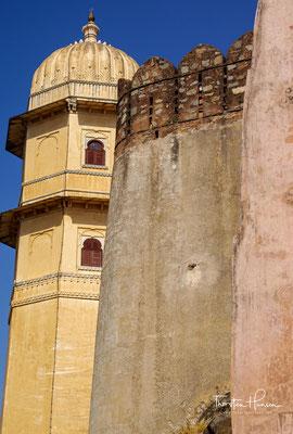 Die Auseinandersetzungen mit den muslimischen Eroberern – jetzt war es das Mogulreich – gingen jedoch weiter: Im Jahre 1614 verwüstete das Mogul-Heer unter der Führung Jahangirs weite Landstriche Mewars
