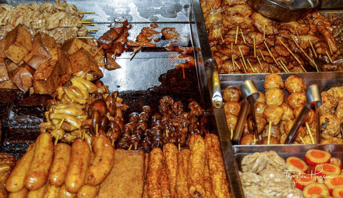 Die Nachtmärkte in Taiwan unterscheiden sich u. a. durch die verstärkte Überwachung der Garküchen von den Nachtmärkten in Festlandchina.