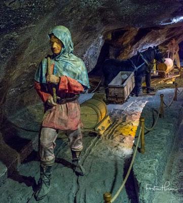 später wurden unter den alten Bauen vier weitere Sohlen angelegt, die bis in 340 m Teufe reichen.  Vom 14. Jahrhundert bis 1772 waren die Salzbergwerke Wieliczka und Bochnia als Königliche Salinen vereinigt und somit das größte Bergbauunternehmen in Polen