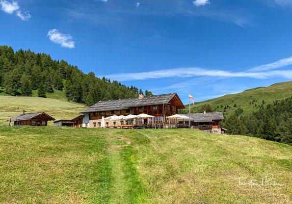 Die Kreuzwiesenalm ist eine Schutzhütte mit Almbetrieb in sonniger und geschützter Lage an der Südseite des Astjoches. Sie ist Stützpunkt und Etappenziel der Alpenüberquerung München - Venedig.