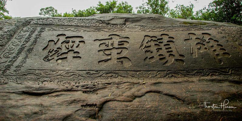 ...auf einen Felsen geschrieben hatte, sich der dichte Nebel, der einige Mitglieder seiner Gruppe in den Tod gestürzt hatte, sofort auflöste