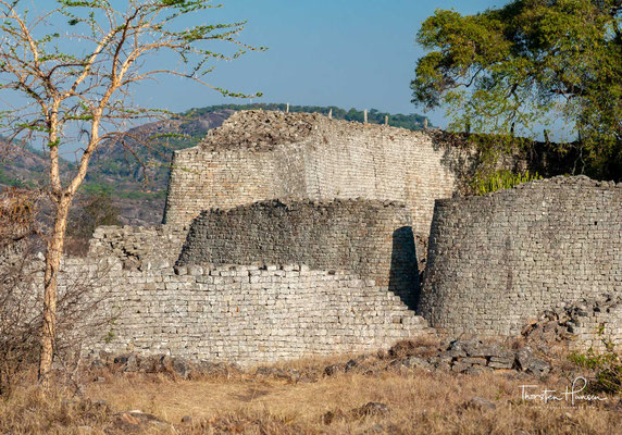 Der Reichtum der Metropole beruhte auf Rinderzucht, Goldgewinnung und Fernhandel. Zeugnisse des spirituellen Zentrums sind die Simbabwe-Vögel aus Speckstein. Die Anlage ist der größte vorkoloniale Bau in Afrika südlich der Sahara und einer der ältesten