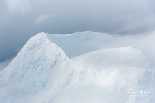 Da am Berg meist starke Winde herrschen, ist die gefühlte Temperatur durch Windchill noch deutlich niedriger. Die Klettersaison ist zwischen April und Juli.