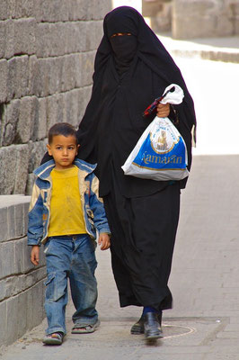 Frau mit Kind in Sanaa