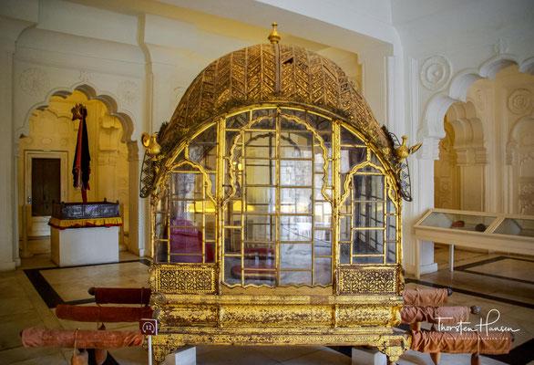 Auf ihnen ritten damals die Maharajas in farbenprächtigen Prozessionen durch die Hauptstadt. Die geschlossenen Sänften dienten den Frauen.