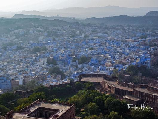 Der blaue Anstrich so vieler Häuser, die sich tief unter ihr zusammenkauern, wird oft irrtümlich als Kennzeichen von Wohnungen hochkastiger Brahmanen gedeutet,