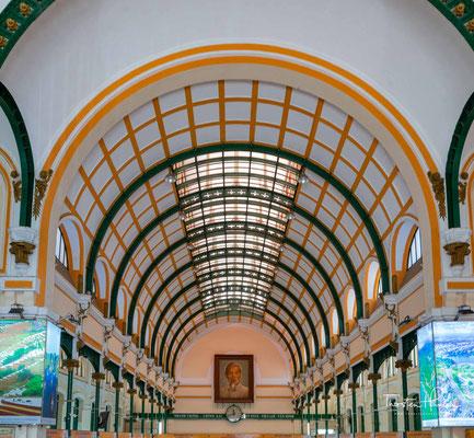 Die Stahlkonstruktion des Gebäudes hatte der französische Ingenieur Gustave Eiffel entworfen. Von einem riesigen Gemälde in der Halle aus wacht Hồ Chí Minh über die Arbeit der Postangestellten.