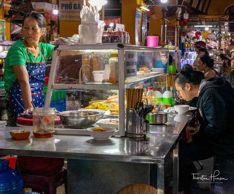 Der große Markt der Altstadt ist ein wichtiger Treffpunkt der Bewohner von Hoi An