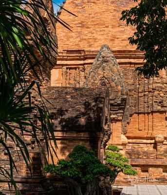 Aus einer Stele, die auf das Jahr 781 n. Chr. datiert wird, geht hervor, dass der König der Cham, Satyavarman, nach der Wiederherstellung seiner Macht in der Region des heutigen Nha Trang einen zerstörten Tempel wiederhergestellt habe.