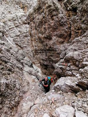 Die Felsen, die nur an wenigen Stellen wirklich steil sind, wurden mit guten Drahtseilsicherungen ausgestattet.