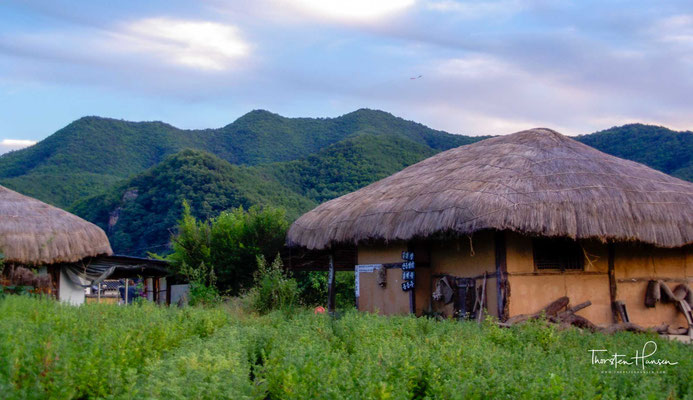 Hahoe war das Dorf des Ryu-Klans (류), einer einflussreichen Familie in der Region Andong. Das Dorf wurde zum Ende der Goryeo-Zeit (고려) (918–1392) im 13. Jahrhundert von Ryu Jong-hye (류 종혜) am Nakdonggang gegründet.