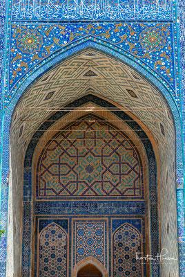 Er ist das Herz des antiken Samarkands. Das Ensemble von drei Medresen gilt als ein einzigartiges Beispiel der Kunst von Stadtbau und architektonischer Gestaltung des Hauptplatzes der Stadt.