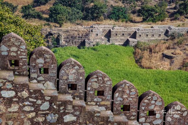 für die Krieger in Safrangewändern, über 32000 sollen gefallen sein. 1567, als Akbar die Mauern von Chittor stürmte, wiederholte sich der Feuertod der Frauen und der todesmutige Ausfall der Männer zum dritten Mal.