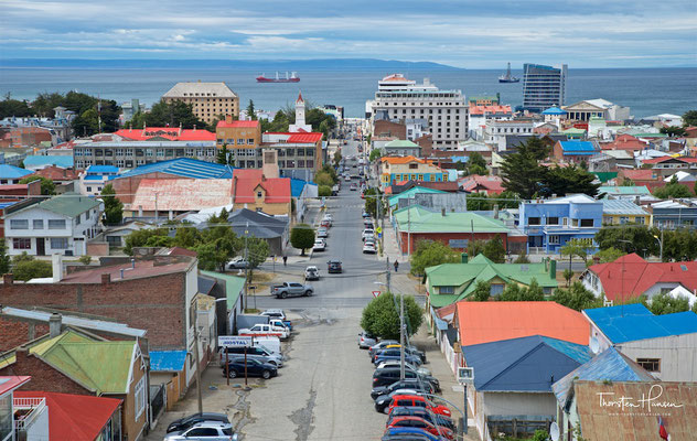 Sie ist Hauptstadt der Chilenischen Region XII Región de Magallanes y de la Antártica Chilena. Sie liegt am chilenischen Festland gegenüber der Insel Feuerland und ist mit 125.932 Einwohnern größte Stadt im chilenischen Südpatagonien.